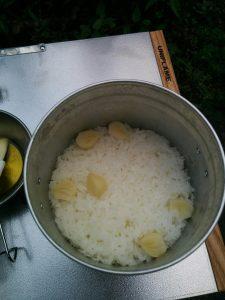 飯盒で炊いたガーリックごはん